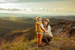 Glimlachend modern moeder en kind bij de route van de zomertoscanië het spelen stock foto's