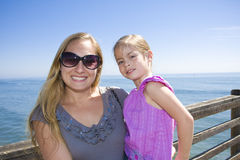 Glimlachend moeder en dochterportret in openlucht Royalty-vrije Stock Afbeelding