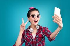 Glimlachend mooi actief Aziatisch meisje die selfie foto nemen stock foto