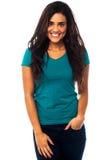 Glimlachend mooi meisje die terloops stellen Royalty-vrije Stock Foto's