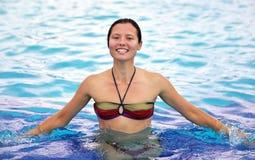 Glimlachend mooi meisje in een pool Royalty-vrije Stock Afbeelding