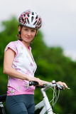 Glimlachend mooi meisje - fietser Stock Foto