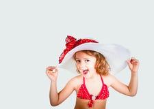 Glimlachend mooi meisje met een witte hoed stock afbeeldingen