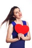 Glimlachend mooi meisje met rood hart op witte Liefde als achtergrond a Stock Fotografie