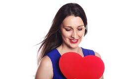 Glimlachend mooi meisje met rood hart op witte Liefde als achtergrond a Stock Afbeelding