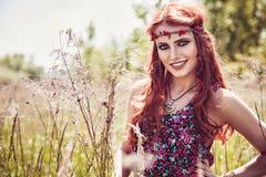 Glimlachend mooi meisje in openlucht in de zomer royalty-vrije stock fotografie