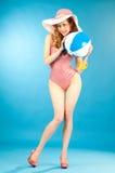 Glimlachend mooi meisje speld-omhoog in een roze bikini met strandbal royalty-vrije stock fotografie