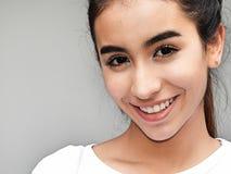 Glimlachend mooi wijfje Royalty-vrije Stock Foto's