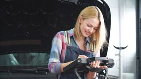 Glimlachend ontzagwekkend peinzend meisje die opzij terwijl het aftasten van een auto kijken stock video