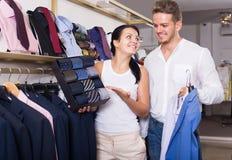 Glimlachend paar chousing jasje, overhemd en band stock fotografie