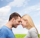 Glimlachend paar dat elkaar bekijkt Stock Afbeeldingen