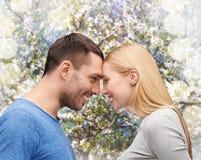 Glimlachend paar dat elkaar bekijkt Royalty-vrije Stock Afbeeldingen