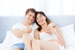 Glimlachend paar dat op TV thuis let Royalty-vrije Stock Foto's
