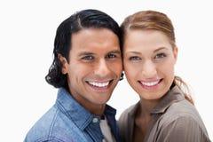 Glimlachend paar dat zich dicht verenigt Stock Foto's