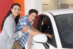 Glimlachend paar die binnen een auto kijken Stock Foto
