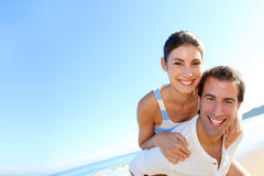 Glimlachend paar die de zomer van vakantie op het strand genieten Stock Afbeeldingen