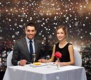 Glimlachend paar die dessert eten bij restaurant Royalty-vrije Stock Foto's