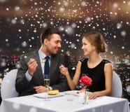 Glimlachend paar die dessert eten bij restaurant Royalty-vrije Stock Afbeeldingen