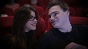 Glimlachend Paar die een film waching bij bioskoop stock footage