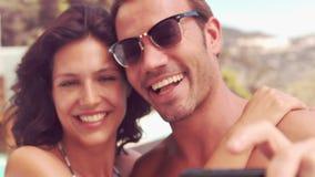 Glimlachend paar die een selfie nemen stock footage