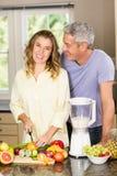 Glimlachend paar die gezonde smoothie voorbereiden Royalty-vrije Stock Afbeeldingen