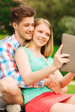 Glimlachend paar die met tabletpc selfie maken Royalty-vrije Stock Foto