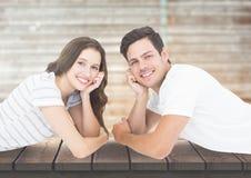Glimlachend paar die op pier liggen vector illustratie