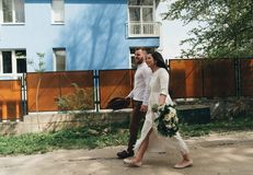 Glimlachend paar die in openlucht lopen Het concept van de liefde stock afbeeldingen