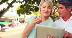 Glimlachend paar die tablet gebruiken stock footage