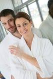 Glimlachend paar in een badjas in kuuroordcentrum royalty-vrije stock foto's