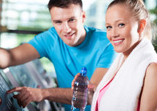 Glimlachend paar in gezondheidsclub Stock Foto's
