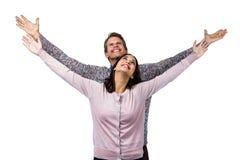 Glimlachend paar met opgeheven wapens Stock Fotografie