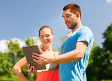 Glimlachend paar met tabletpc in openlucht Stock Fotografie