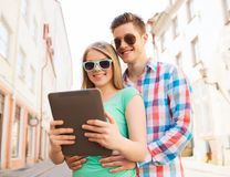 Glimlachend paar met tabletpc in stad Stock Afbeeldingen