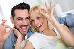 Glimlachend paar met vrolijke uitdrukking Royalty-vrije Stock Foto's