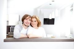 Glimlachend paar in nieuw huis Stock Fotografie