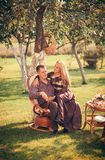 Glimlachend Paar in openlucht royalty-vrije stock afbeeldingen