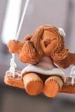 Glimlachend pop van gebakken klei wordt gemaakt die royalty-vrije stock afbeelding