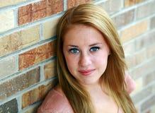 Glimlachend redhead tienermeisje met sproeten Royalty-vrije Stock Foto's