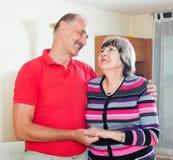 Glimlachend rijp paar in huis Stock Foto's