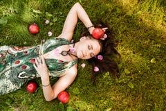 Glimlachend roodharig alternatief meisje met geschoren gangen in een Sunny Apple-boomgaard op een Zonnige de zomerdag stock afbeelding