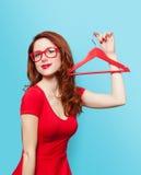 Glimlachend roodharigemeisje met hanger Stock Afbeelding