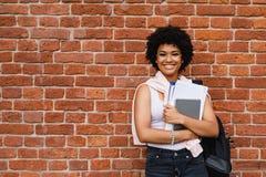 Glimlachend schoolmeisje met boeken Royalty-vrije Stock Afbeeldingen