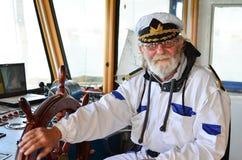 Glimlachend, stelde kapitein tevreden, bon reis Stock Foto's