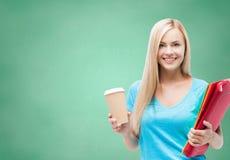 Glimlachend studentenmeisje met omslagen en koffiekop Stock Afbeeldingen