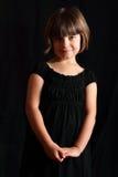 Glimlachend Terughoudend Kind in Zwarte royalty-vrije stock foto's