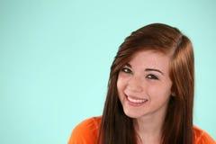 Glimlachend tienermeisje stock foto's