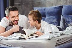 Glimlachend vader en zoonslezingsboek royalty-vrije stock foto's