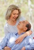 Glimlachend verouderd paar die elkaar koesteren Royalty-vrije Stock Fotografie