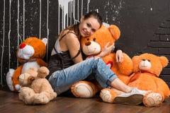 Glimlachend vrij modieuze jonge vrouwenomhelzingen draagt het speelgoed Royalty-vrije Stock Foto's